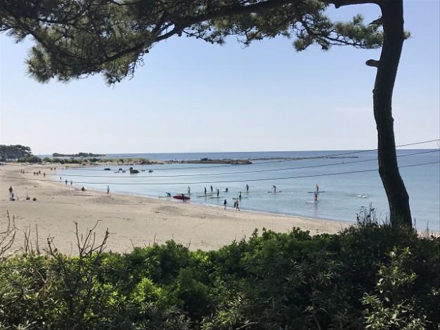 お隣は一色海岸。この砂浜にでるには、一旦外にでてくださいね。