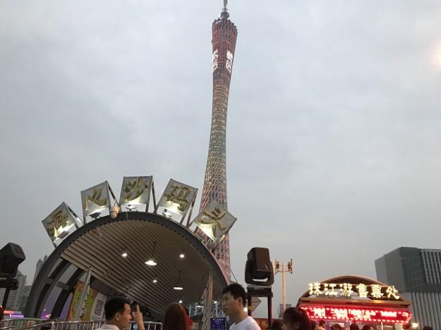 フェリーターミナル。後ろが切符うりば。広州タワーがそびえています。