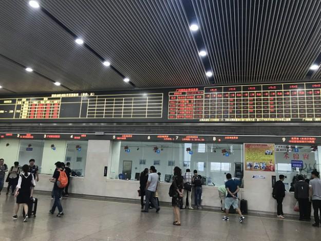 新幹線の駅は券売所もピカピカ。普通の駅だと、これがごちゃごちゃなんですよ~