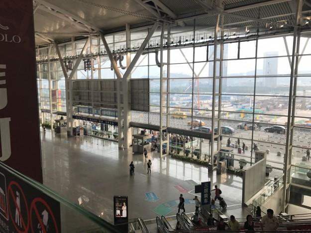 広州南駅のターミナルです。空港sじゃありませんよ!まるで空港のような広さとデザインです。