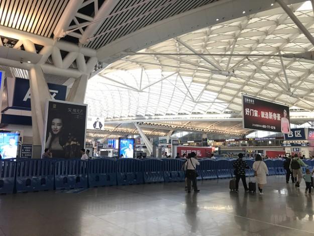 プラットフォームへ降りる待合所、さながら空港のチェックインカウンターターミナルのようです。