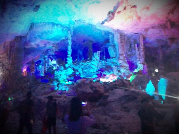 桂林の鍾乳洞、蘆笛岩(ろてきがん)。中は地底王国と言えるくらい広~い