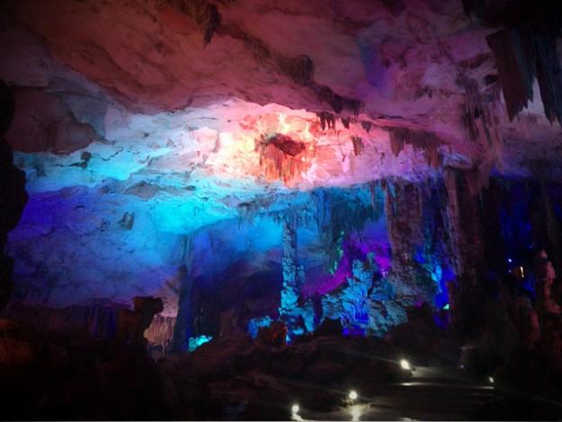 桂林の鍾乳洞、蘆笛岩(ろてきがん)。中は随分とひろ~い