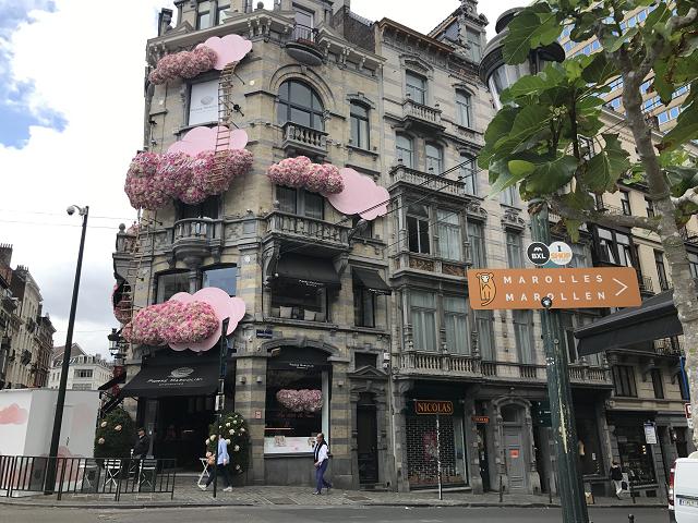 ピエール・マルコリーニカフェの外観。夢のあるビルでしょ。