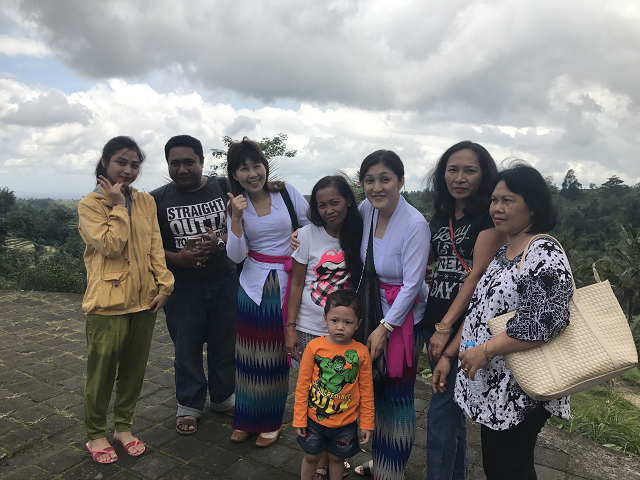 ジャティルイで、インタンさんのいとこの家族、顔見知りがいたことで、み~んな集まってきて、ワイワイと写真撮影に
