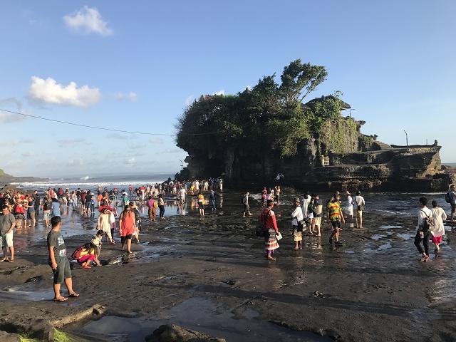 干潮のときには、こんな風に、歩いて寺院のある島まで渡っていけます。