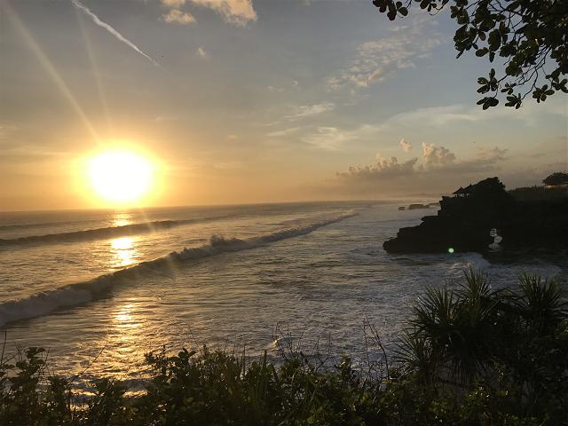 やっと!太陽が海に落ちてきた!!!タナロット寺院から見る夕日はこんなにもダイナミックでロマンチック!