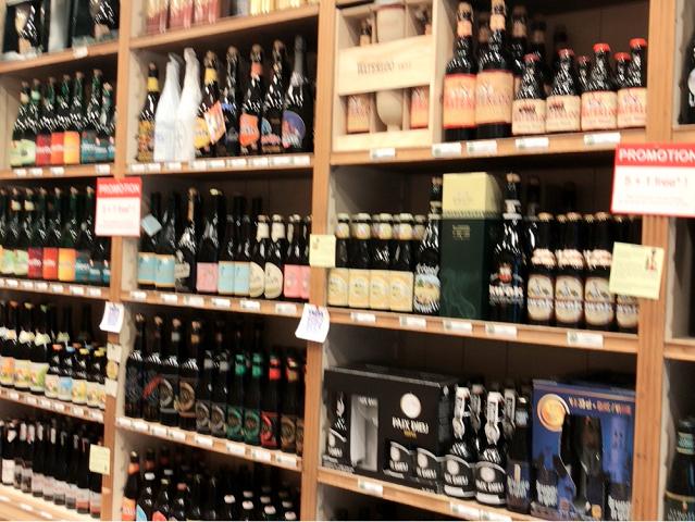 こんなお店がふつ~うに並んでいます。いろんなビール、カラフルでワクワクしますね。