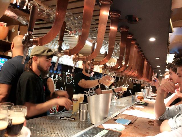 デリリウムカフェのカウンター。このドラフトビールの数々。大盛況です。