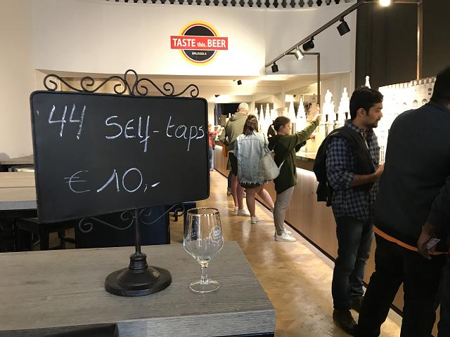 10ユーロ払ったら、自分で飲みたいビールをついで、飲める。昼間から潰れちゃうわ~