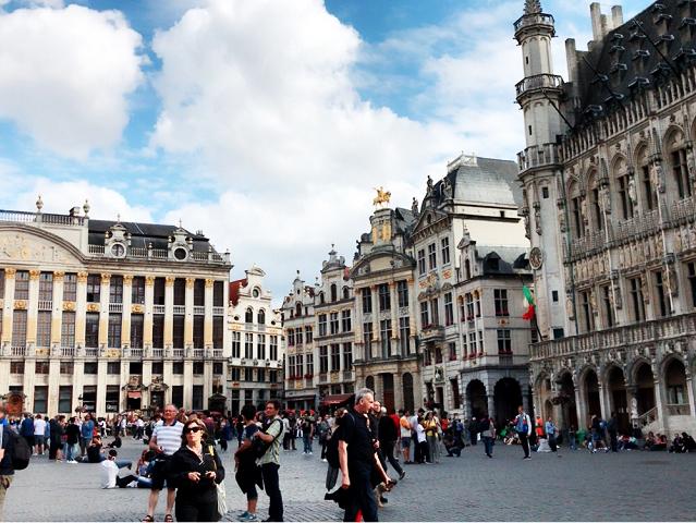 世界一美しい広場と言われるグランプラス。緻密な装飾が施されているギルドハウスに囲まれた広場。