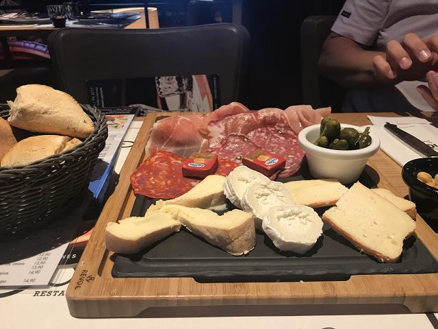 迫力ある、チーズとハムのプレート。これだけで、主食はいらないかも。