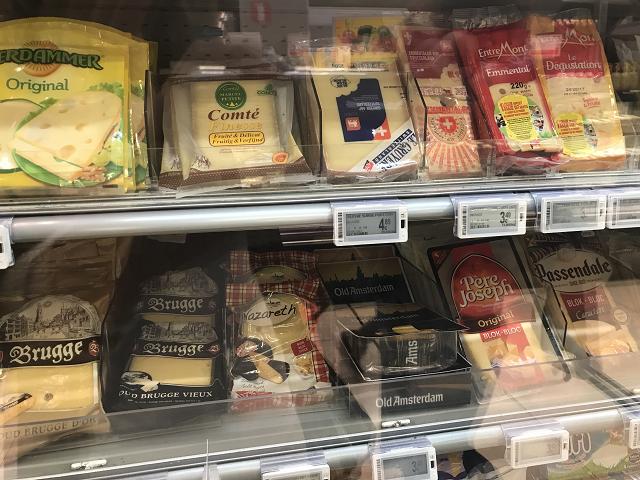 チーズの数々。Bruggeというチーズがベルギー産。ブリュージュが産地なのかしら。チーズを選ぶとき、日本人の味覚にあうセレクションをしてくれるのが嬉しい。もどって買い占めたいくらいです。