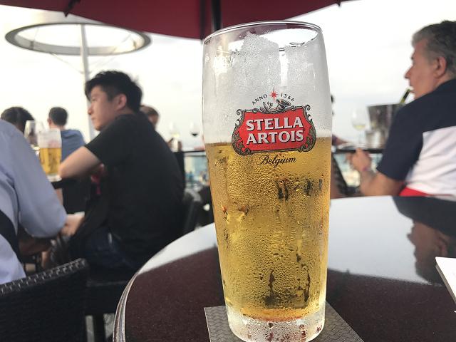 暑くて夜を待ちきれない。ベルギービールで景色を堪能。おまけにF1の中継も鑑賞中~