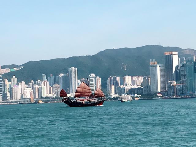 スターフェリーで香港島に渡る。今でもこんなレトロな帆船が、観光用かしら。