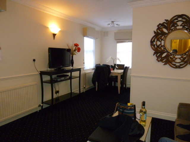 2度めに泊まった部屋のリビングとダイニング。壁の向こうにはキッチンがある。