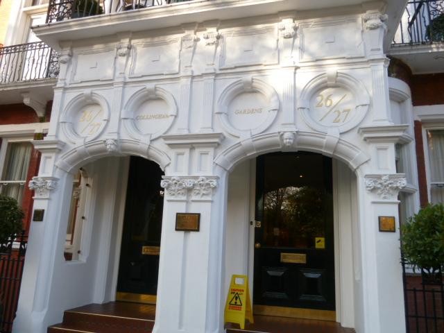 コリンガム・サービス・アパートメントの入り口。クリスマスツリーがっ私達をお出迎え