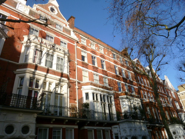 レンガの白と茶色の建物がいかにもイギリスらしい、閑静な街並み。アールズ・コート