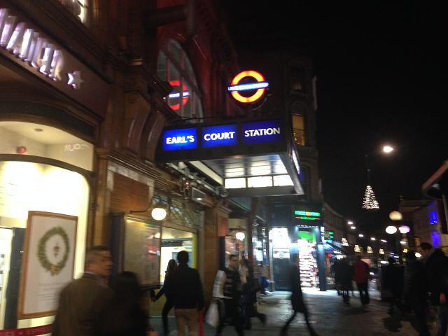 クリスマス・イブの夜。駅前に行き交う人々は忙しそうに家路に急ぐ。買い物とか、すべて済ませて、家族のもとへ。