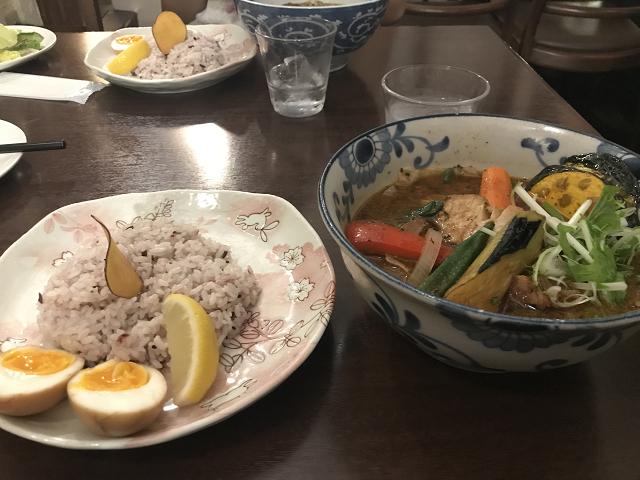 お野菜を食べているようなスープカレー。10種類のお野菜と角煮とたまごという栄養満点な組み合わせ