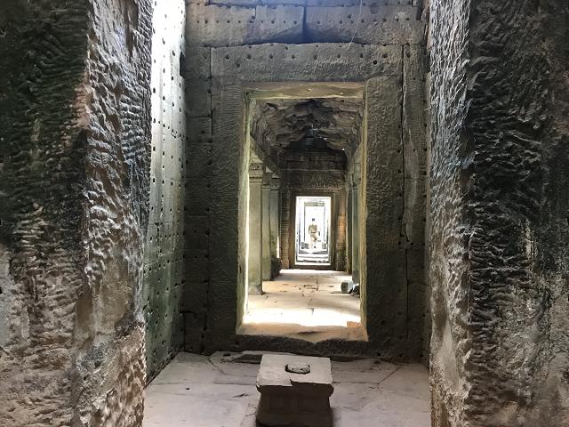 回廊が、きちんと歪みもなく続いていて、ずっとむこうまで、見通せる。