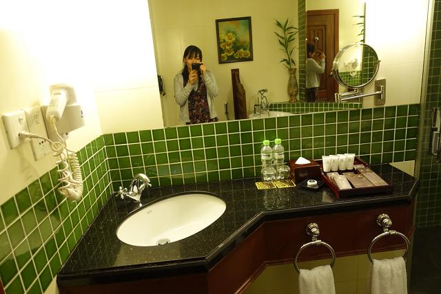 お部屋、バスルームともにグリーンが基調になっています。お風呂はバスタブ。