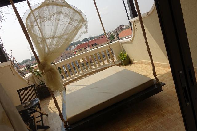 バルコニー。こんなゆらゆら揺れるベッドが外に。昼寝もよし、ロマンチックに揺れるのもよし!?