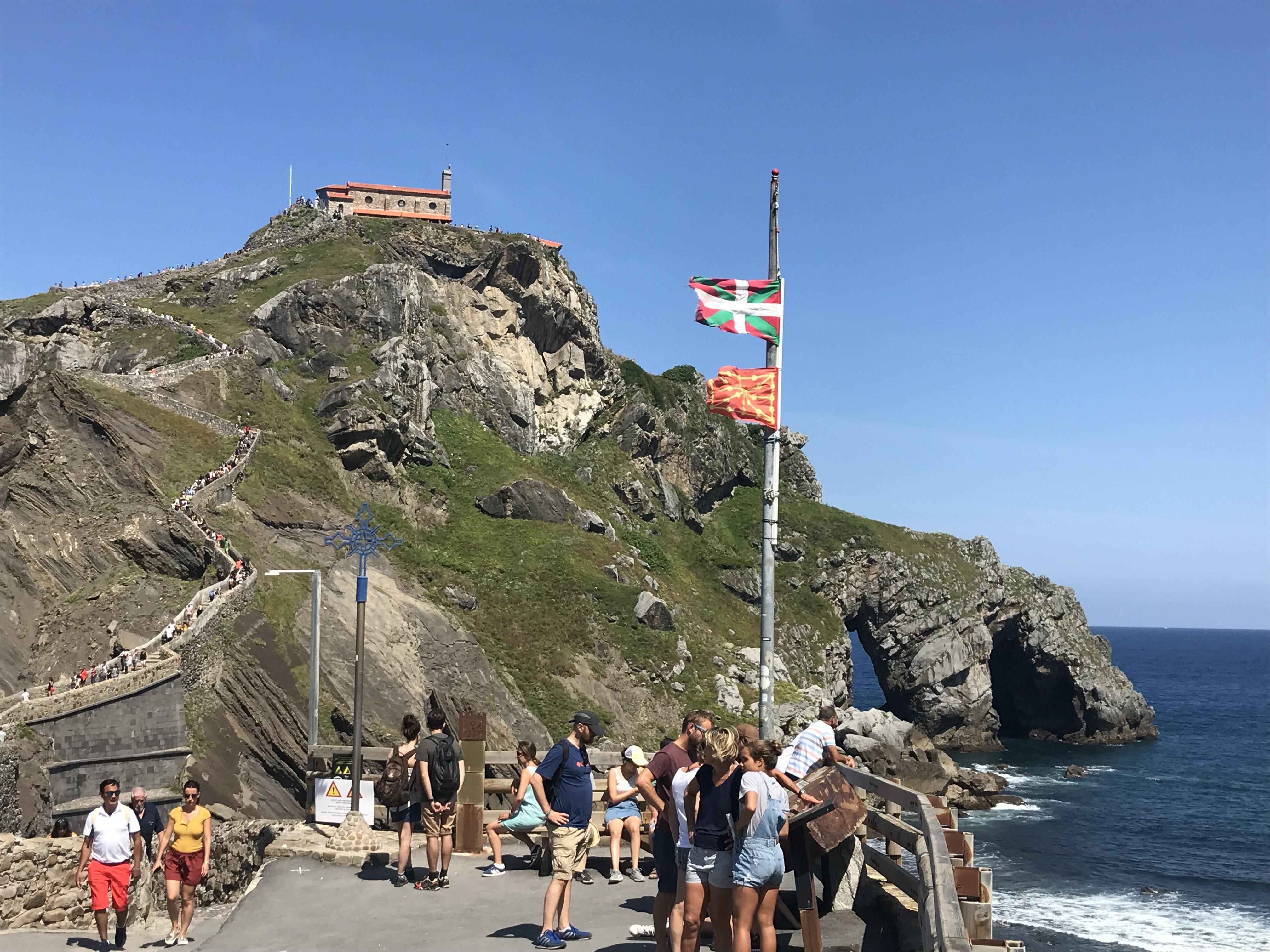 やっと岩山のふもとまで来ました。バスクの旗が翻っています。
