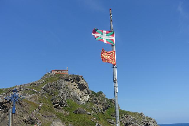バスクの国旗が翻っています。山の上がサン・ファン・デ・ガツェルガチェ教会です。