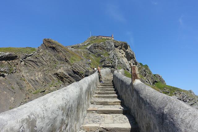 サン・ファン・デ・ガツェルガチェ教会までの道のりはこんな階段からはじまります。遠いな~