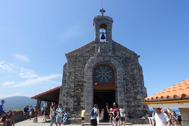 これがサン・ファン・デ・ガツェルガチェ教会です。おしゃれな形の教会です。中も拝礼できます。