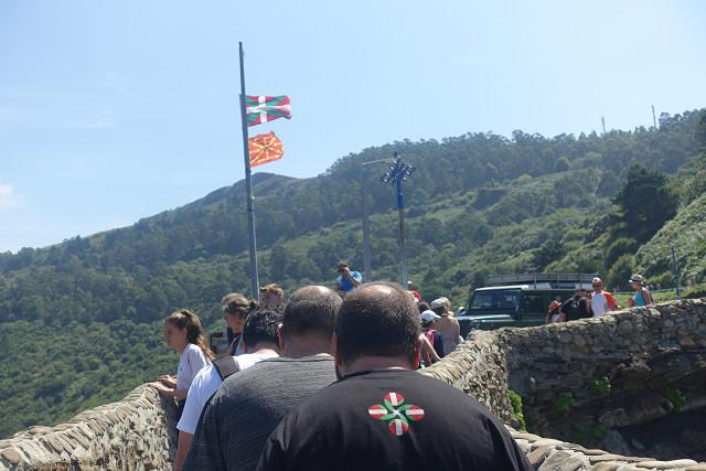 このおじさんはバスクの国旗を背中に背負っています。愛国心あふれるおじさんなのか、観光客なのか??