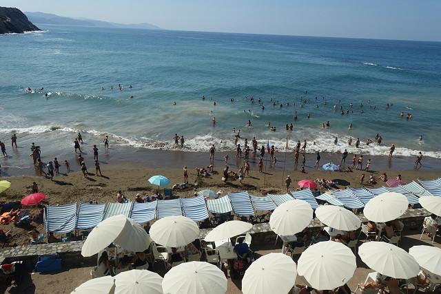 世界的な大地層の横で、小さい海岸に人がびっしり海水浴していました。その違和感も感じました!