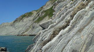 スマイア(Zumaia)の海岸で白亜紀の地層から一億年前のかけらを拾う!ビルバオからの旅