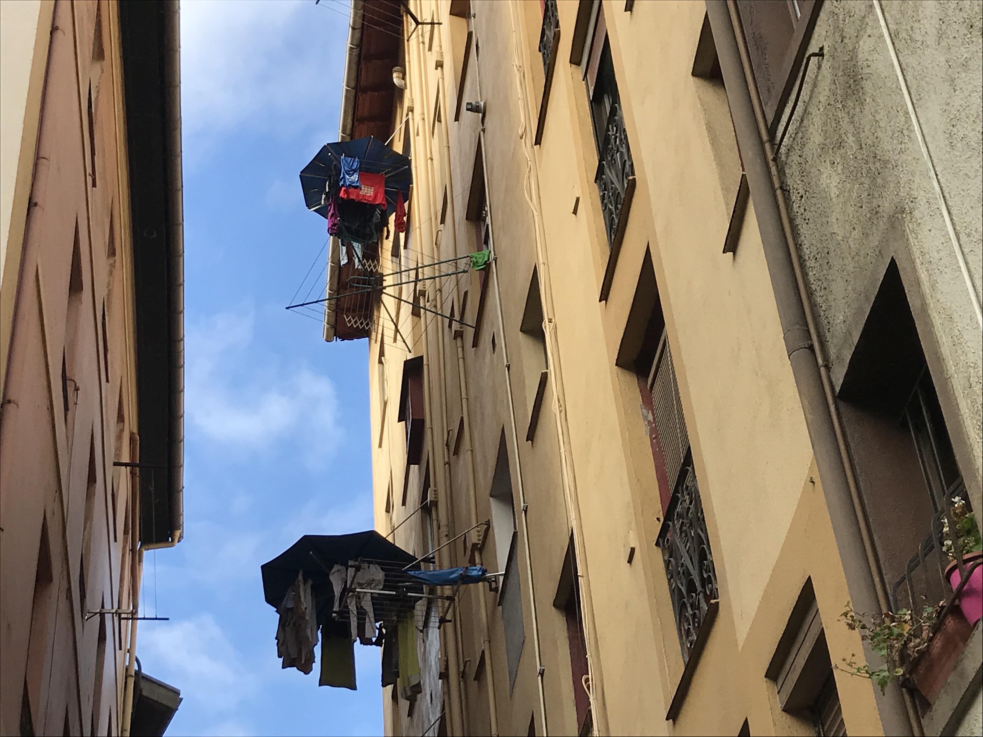 ビルバオの旧市街で見つけた。雨よけの傘。選択ものが濡れない工夫。雨の多いバスクならではの工夫。