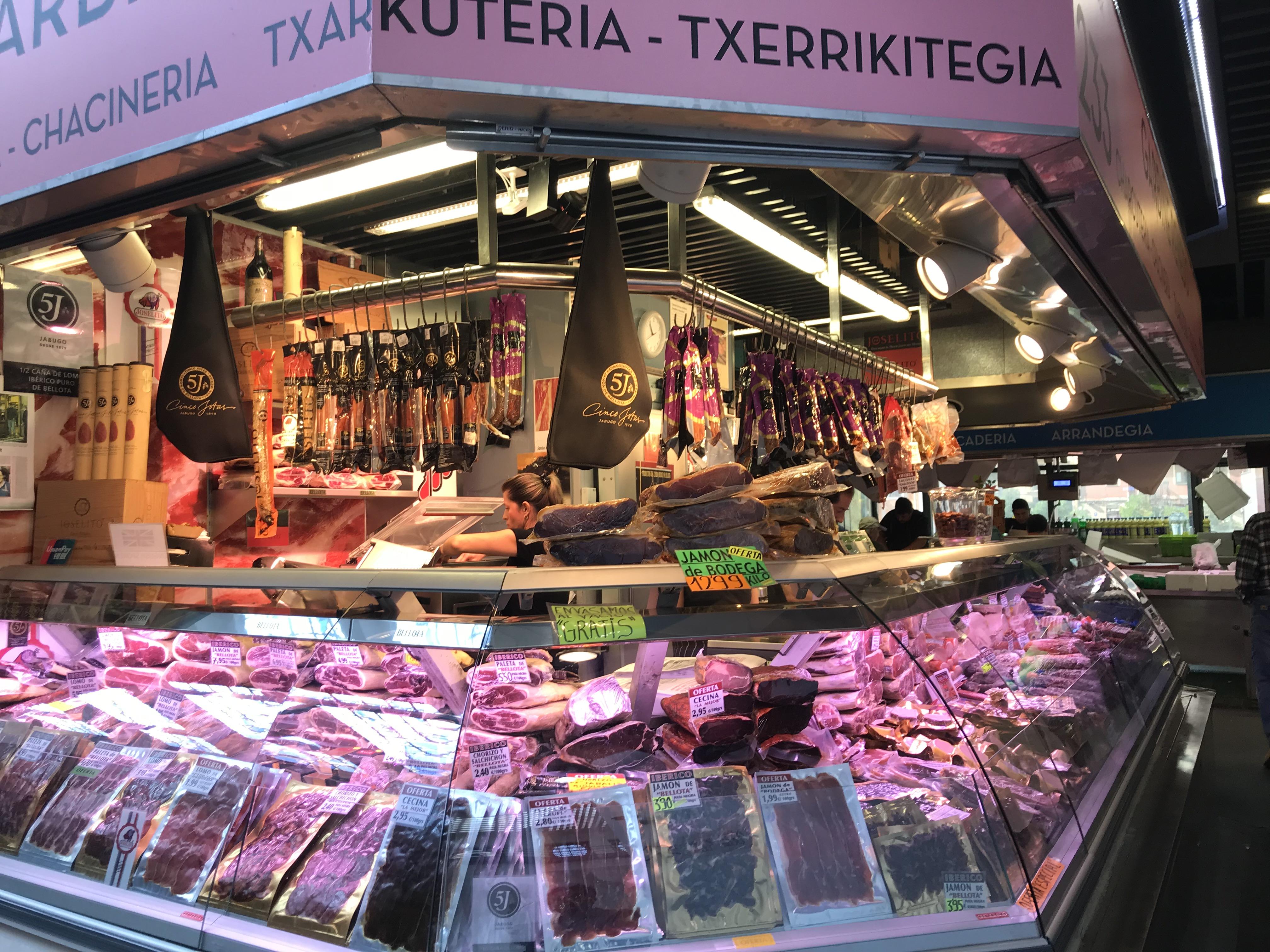 こちらはサラミ、イベリコ豚などのオンパレード。どれもびっくりするほど安い