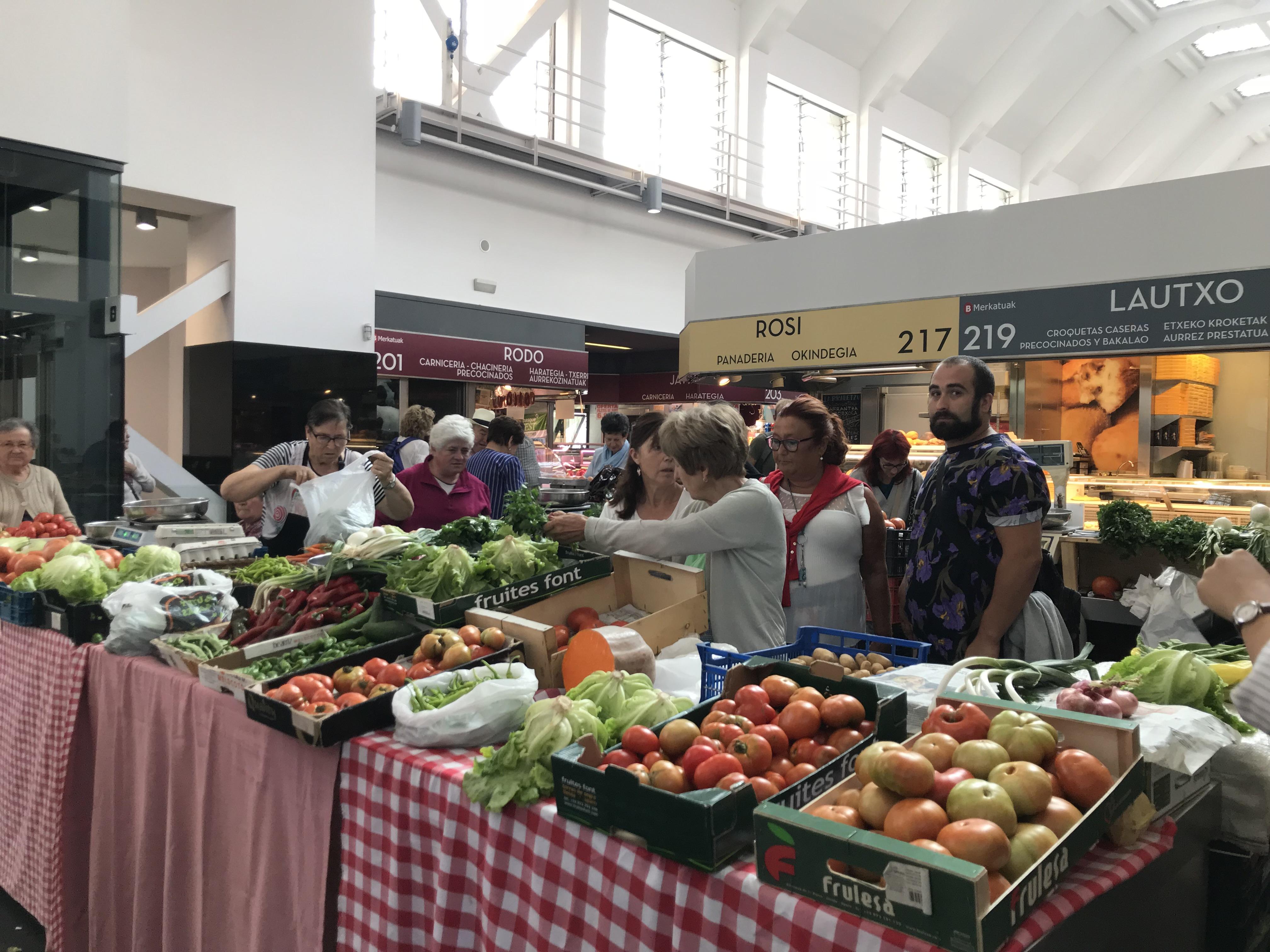ビルバオのマーケット。建物は新しくて美しい。新鮮な野菜やお肉が並ぶ