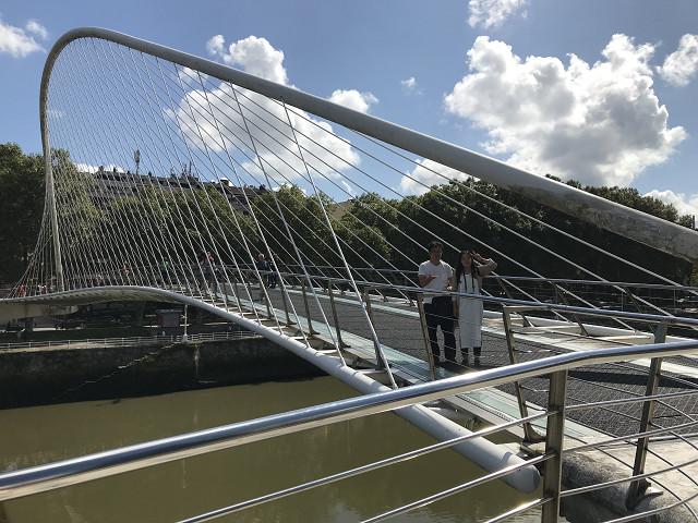 スビズリ橋。ユニークな曲線。アートなビルバオを彩っています。