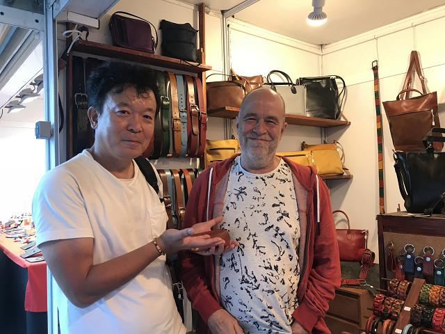おじさん手作りの革細工のキーホルダーケースとお財布をゲットしてとっても満足!!