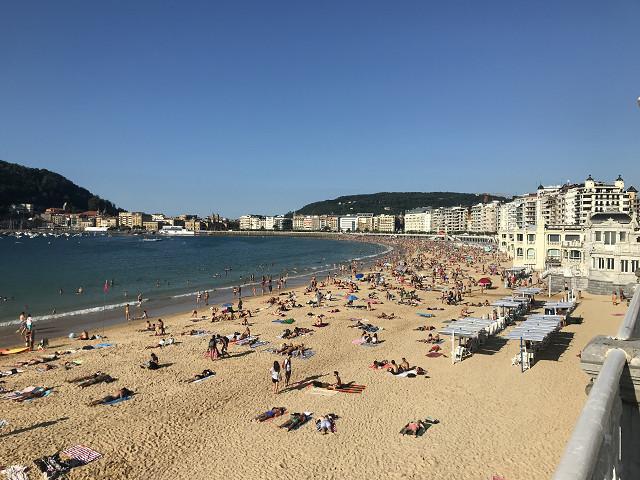 サン・セバスチャンのビーチ。日中はもっとびっちりと海水浴で日光浴している人たちで埋まる。