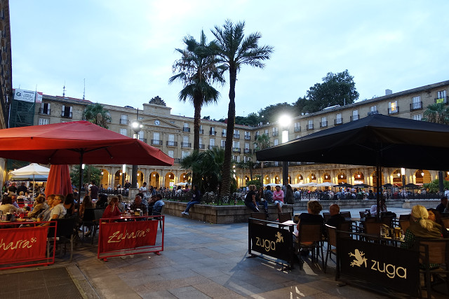旧市街、ヌエバ広場。たくさんのバルが四方を囲んでいます。