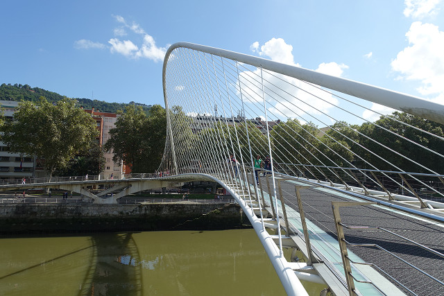 川沿いを歩いていくとサンティアゴ・カラトラバ設計のズビズリ橋があります。