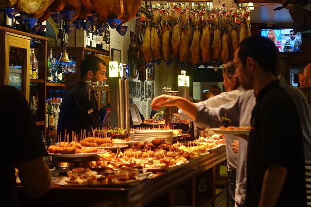これが、サンセバスチャンを世界的有名にしたバルの風景。見ているだけで幸せ