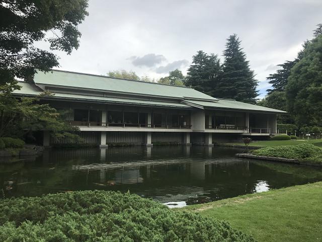 建築家谷口吉郎の設計の有名な建物。随所にかなりのこだわりが見られる名建築です。ライトや柱にも気が使われています。