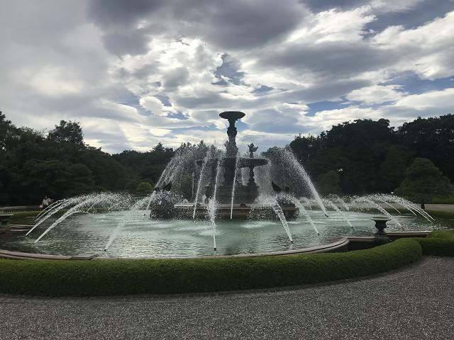 この噴水も100年以上ここにある、貴重な明治の国宝です。