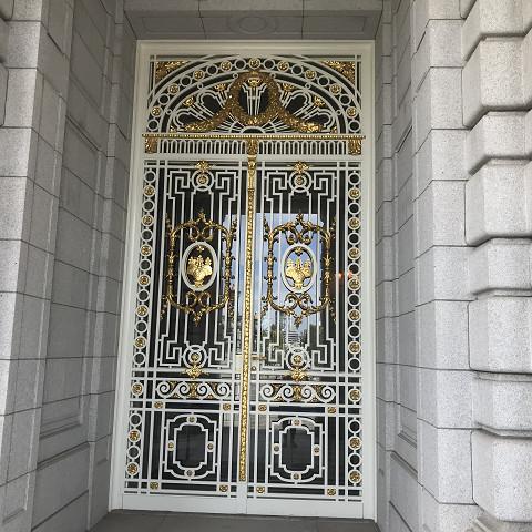 建物の中に入る最後の門。外側の門のデザインと調和している。金の華奢な細工が美しい