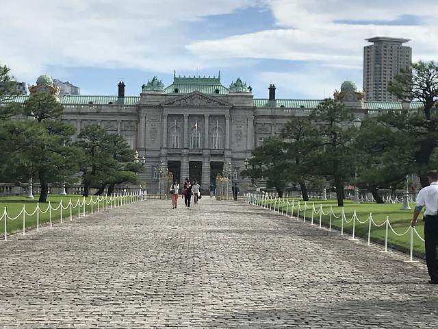 正面から赤坂離宮を望みます。