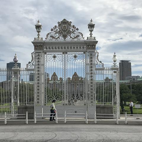 外の門はまるでベルサイユ宮殿のよう!白に金で装飾が施されています。