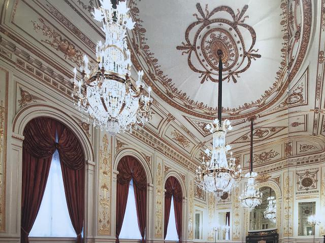 中は写真撮影が禁止のため、公式パンフレット 国宝迎賓館 赤坂離宮 より転用(写真)。金の装飾が壁と天井いっぱいに広がる豪華な空間。