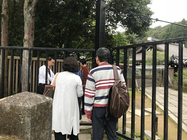 西芳寺の門は締まっており、わきの入り口から名前をチェックしてはいります。